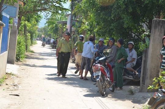 Lực lượng kiểm lâm đang vận động người dân vào nhà cho an toàn