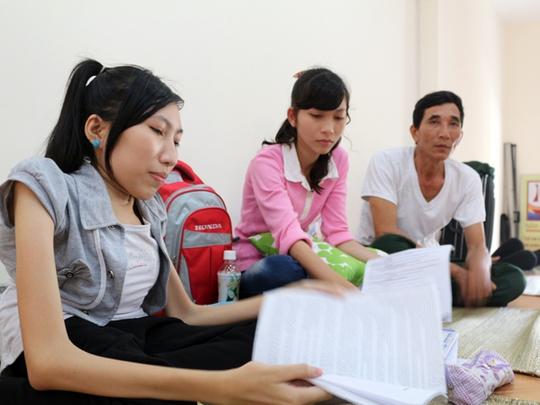 Trinh cùng bố và em gái đang ở miễn phí tại tu viện thánh Phao Lô Sài Gòn (đường Tôn Đức Thắng, quận 1).