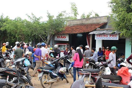 Lúc nào cũng có rất nhiều xe máy dừng đậu trước cửa nhà ông Nông