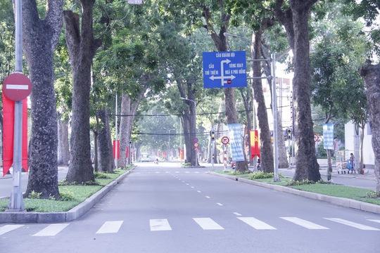 Dọc suốt tuyến đường chỉ còn là hàng cây im lìm và một không khí yên lặng bao trùm.