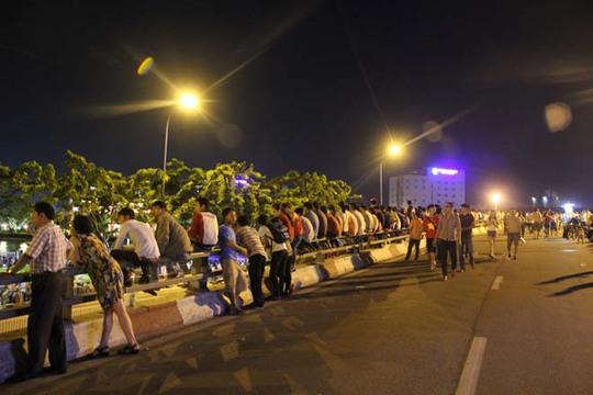 Khu vực xem pháo hoa lý tưởng nhất là bờ sông Sài Gòn phía quận 1, bến Bạch Đằng, cầu Khánh Hội, cầu Mống, bờ sông phía quận 4. Do vậy, từ 18 giờ ngày 2 - 9 đã có nhiều người dân đến các khu vực này chọn chỗ ngồi ưng ý nhất.