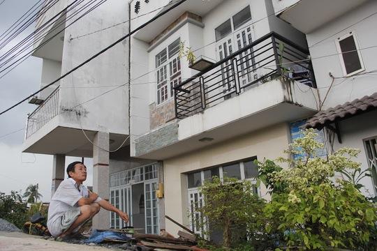Tuy mức độ nguy hiểm là vậy nhưng hơn 12 nhân khẩu, trong đó có không ít người già và trẻ em vẫn sinh sống ở đây, chưa di dời đi được vì không có điều kiện sửa nhà.