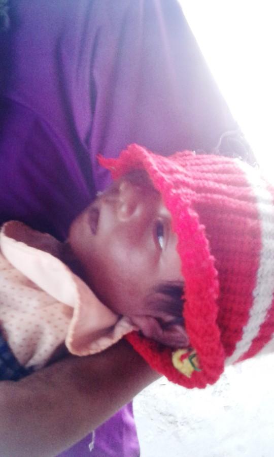 Đứa trẻ sơ sinh chỉ hơn 15 ngày tuổi đã phải đưa ra ngoài nắng làm công cụ ăn xin.