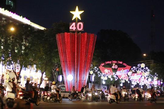 Đường Lê Duẩn sáng rực màu cờ đỏ sao vàng mừng năm mới và kỷ niệm 40 năm Giải phóng hoàn toàn miền Nam, thống nhất đất nước.