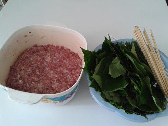 Làm bò nướng lá lốt tưởng khó nhưng hóa ra rất đơn giản