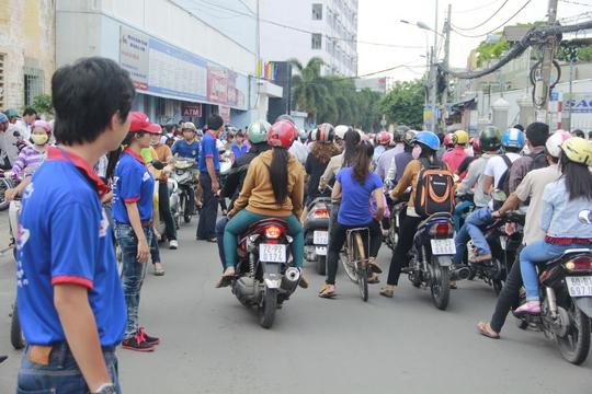 Lực lượng CSGT, sinh viên tình nguyện đứng ra điều tiết giao thông tại các địa điểm thi.