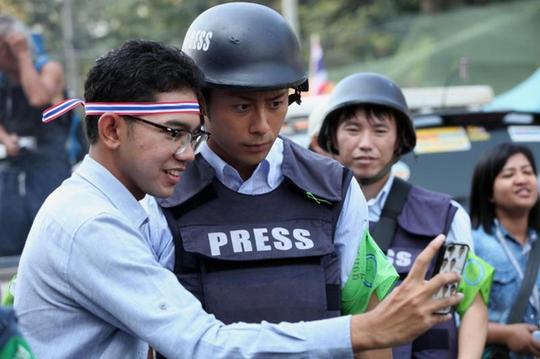 Cả nam giới cũng muốn chụp ảnh với anh. Ảnh: Bangkok Post