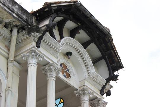 Trải qua thời gian lâu nhưng những hoa văn trên tòa nhà vẫn còn nguyên. Những tấm lan can sắt được lấy từ châu Âu về