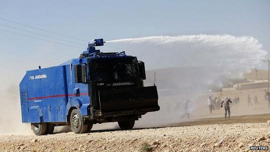 Quân đội Ankara dùng súng nước và hơi cay chống lại người biểu tình thân lực lượng Kurd tại biên giới. Ảnh: Reuters