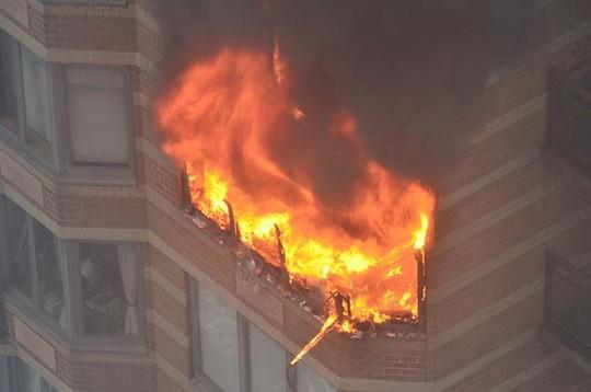 Ngọn lửa bùng lên dữ dội. Ảnh: New York Daily News
