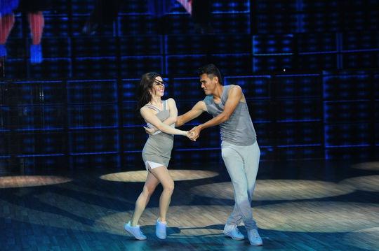 Cầu thủ Phan Thanh Bình và bạn nhảy