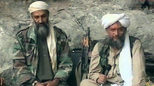 Al-Qaeda đang cố giành lại vị thế trước Nhà nước Hồi giáo (IS). Trong ảnh: Osama bin Laden và Zawahiri (phải). Ảnh: AP