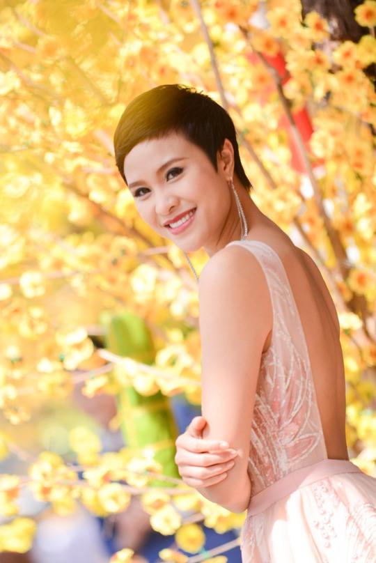 Siêu mẫu Phương Mai thử sức trong vai trò dẫn chuyện cùng với hai MC nam