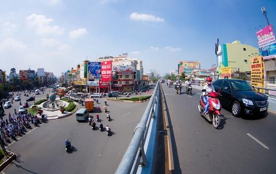 Cầu có hình chữ Y với một nhánh vượt ở đường Hồng Bàng, một nhánh vượt trên đường Ba Tháng Hai.