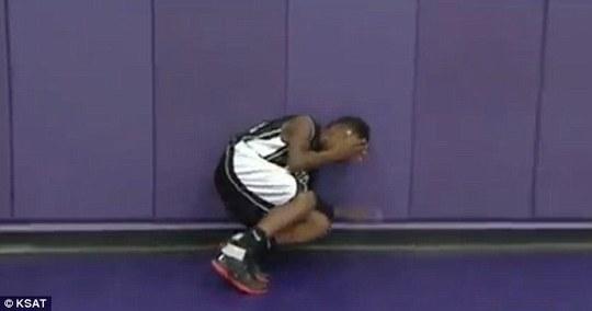 Chạy vào tường bật khóc. Ảnh: KSAT