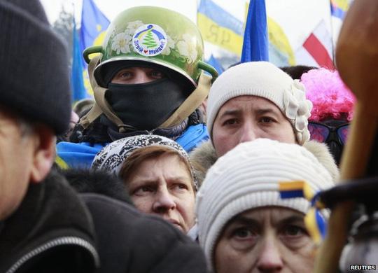 Người biểu tình đeo mặt nạ phản đối lệnh cấm. Ảnh: Reuters