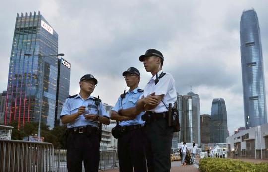 Lực lượng an ninh được triển khai bảo vệ tòa nhà chính quyền. Ảnh: Reuters
