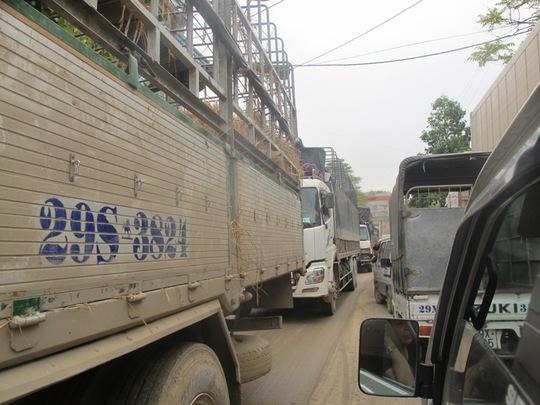 Hàng trăm xe container bị kẹt cứng ở thị trấn Đồng Đăng (Lạng Sơn) sáng 26-3