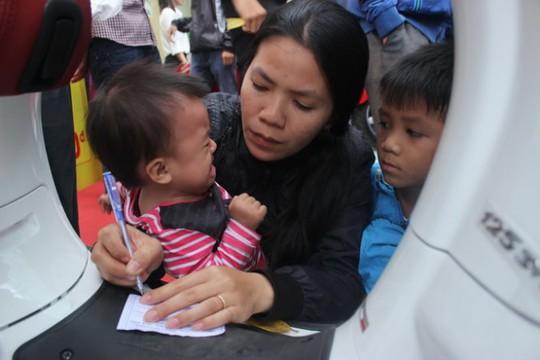 """Những đứa trẻ được bố mẹ đưa đi bốc thăm """"Giờ vàng – giá sốc"""" chiều 29-11 tại TP.Buôn Ma Thuột, Đắk Lắk. Ảnh: Hà Bình"""