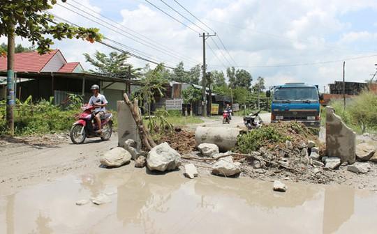 """Người dân dựng """"rào"""" chặn đường xe tải tại ấp Hương Phước, xã Phước Tân."""