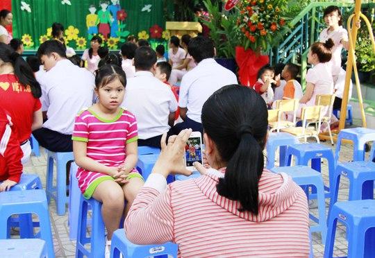 Phụ huynh học sinh chụp ảnh cho con mình trước buổi lễ khai giảng