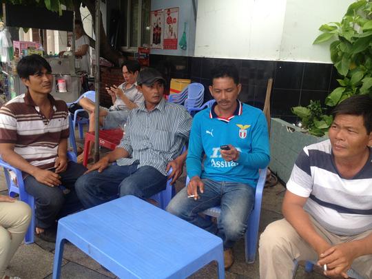 4 thuyền viên đang chờ tin tức về thuyền trưởng Thương