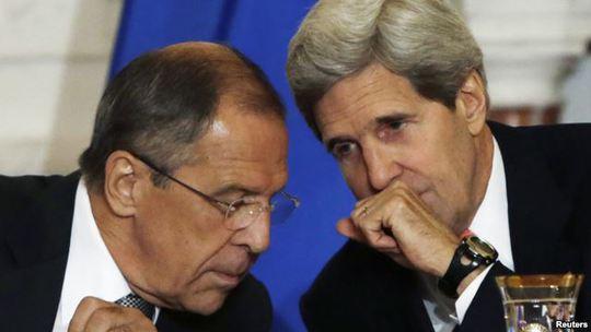 Ngoại trưởng Nga Sergei Lavrov (trái) và Ngoại trưởng Mỹ John Kerry (phải). Ảnh: Reuters