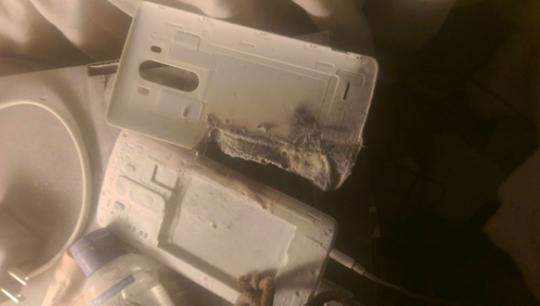 Nắp lưng máy bị cháy xén một góc.