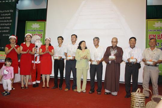 CLB Từ thiện Kim Hằng trao tặng tiền xây cầu cho 6 đơn vị