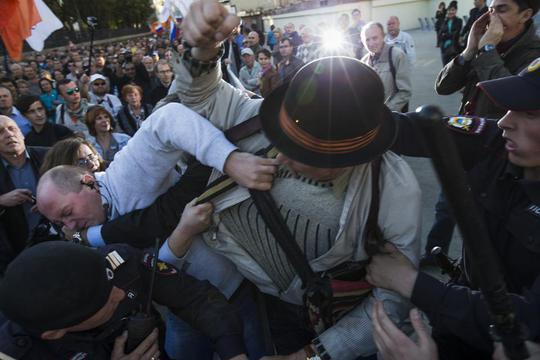 Một số vụ ẩu đả xảy ra giữa lực lượng Cảnh sát Moscow và người biểu tình. Ảnh: AP