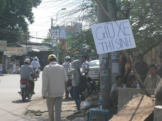 Một điểm giữ xe tại làng đại học Thủ Đức lấy giá 10.000 – 20.000 đồng/xe. (ảnh: Lương Sơn).
