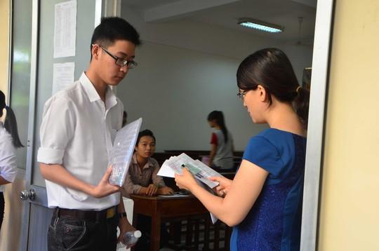 Thí sinh làm thủ tục vào phòng thi tại Đà Nẵng