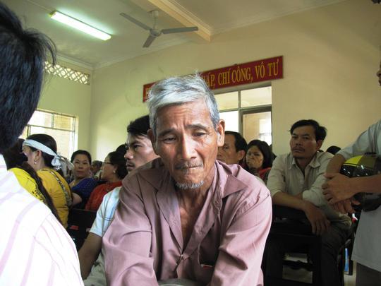 Ông Ngô Văn Cộ, cha bị hại thần thờ trước những lời khai bị cáo đánh đập con mình