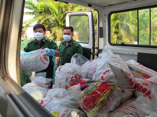 Toàn bộ tang vật được tịch thu đưa lên xe đi tiêu hủy tại bãi rác Đông Thạnh (Hóc Môn)