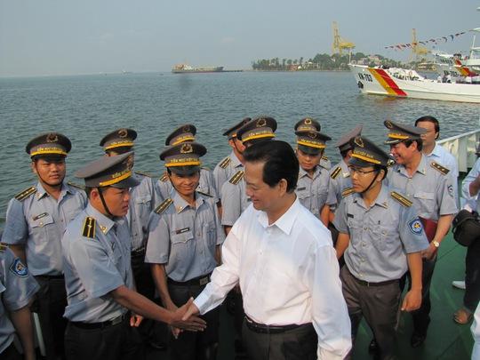 Thủ tướng Nguyễn Tấn Dũng thăm tàu kiểm ngư Việt Nam, tại lễ ra mắt lực lượng Kiểm ngư Việt Nam