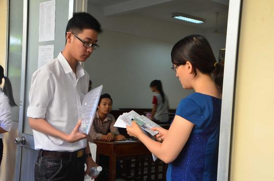 Giám thị kiểm tra giấy tờ của thí sinh trước khi vào phòng tại HĐT Trường ĐH Kinh tế Đà Nẵng