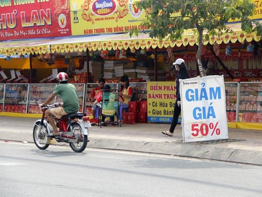 Ngoài chiết khấu thì nhiều cửa hàng còn tung chiêu khuyến mãi tặng kèm quà tặng bánh pía, lồng đèn.