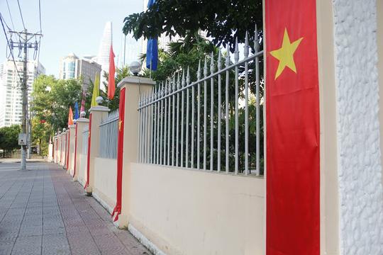 Cờ đỏ sao vàng được treo khắm nơi chào mừng ngày lễ trọng đại của đất nước. (ảnh chụp trước Bảo tàng Tôn Đức Thắng, quận 1).