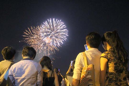 Đúng 21 giờ, màn pháo hoa bắt đầu trong tiếng hò reo của nhiều người.