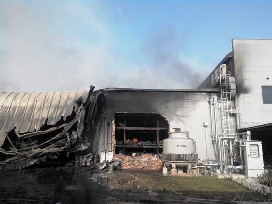 Những mảng tường được đập để bơm nước trong sâu trong công ty dập lửa