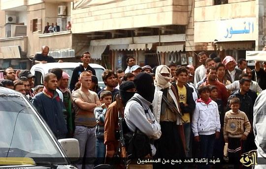 Đám đông theo dõi vụ hành quyết. Ảnh: Daily Mail
