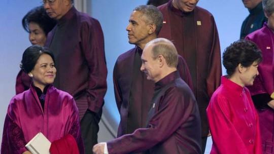 Ong Obama quay mặt đi khi nhìn thấy ông Putin bắt chuyện với người khác. Ảnh: AP