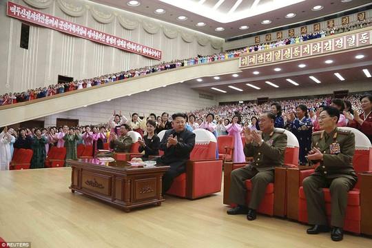 Ông Kim nhận được sự ngưỡng mộ từ các bà vợ của quân nhân Triều Tiên. Ảnh: Reuters