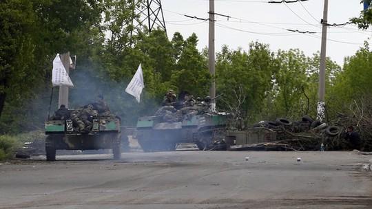 Xe bọc thép chở quân ly khai bỏ chạy khỏi khu vực giao tranh gần Slavyansk. Ảnh: BBC
