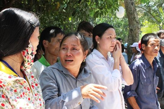 Nhiều người thân đã bật khóc khi nhìn thấy con em họ nằm la liệt trong bệnh viện