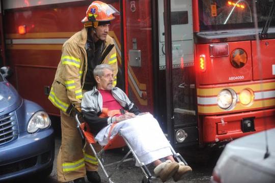 Một nạn nhân bị thương nhẹ được đưa ra bên ngoài. Ảnh: New York Daily News