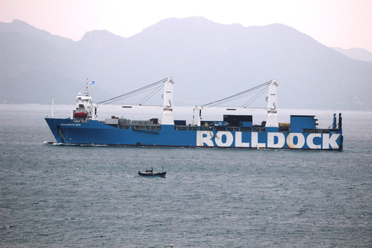 Tàu Rolldock tiến vào sâu phía trong vịnh Cam Ranh