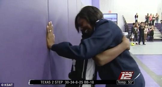 Dành cho con trai cái ôm đầy yêu thương. Ảnh: KSAT