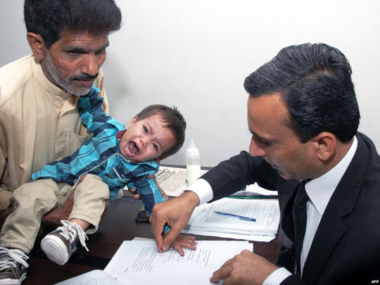 Musa đã khóc thét khi bị các quan chức tòa án lấy dấu vân tay