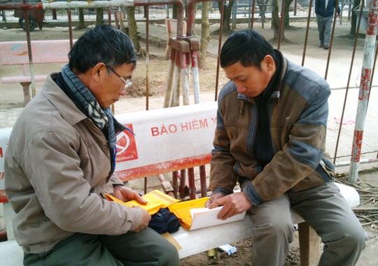 Hai người đàn ông này chia nhau ấn ngay tại sân Đền mà không lo bị cướp ấn.